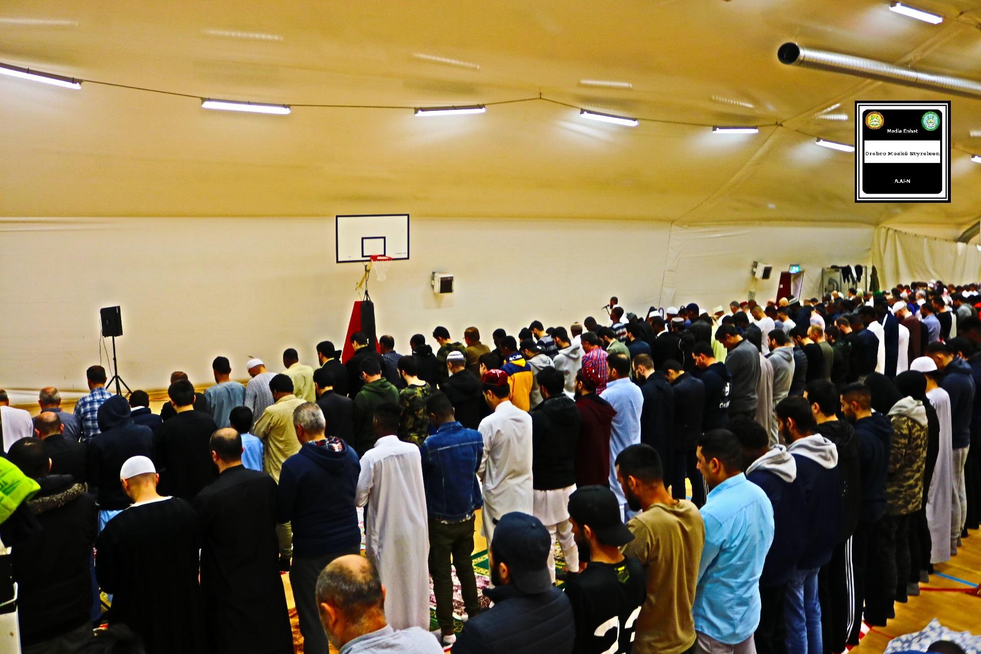 """Ramadan Mubarak ***************************** صلاة التراويح لليوم السادس والعشرون من شهر رمضان المبارك ***************************** 2019-05-31 *************************** FILMED ON LOCATION *************************** Ballonghallen i Örebro """"En tillfällig plats efter moskén brändes"""" *************************** Sverige – السويد – Sweden *************************** DIRECTED BY ********************************* A.Al-N ********************************* Effected Video (Facebook) ********************************* Irakier i Örebro – Iraqis in Orebro (Facebook) ********************************* Örebro moské älskare – Orebro mosque lovers – محبي مسجد اوربرو (Facebook) ************************************************ Effected Video (YouTube) http://www.youtube.com/channel/UCSEb-ibpdTXYFwLsCf8E3Aw ************************************************ Baghdad forever (YouTube) http://www.youtube.com/user/baghdadiforever"""
